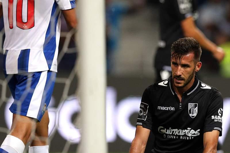 João Aurélio, do Vitória SC, coloca a bola na própria baliza