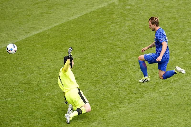 Rakitic faz chapéu a Cech e faz o 2-0 para a Croácia