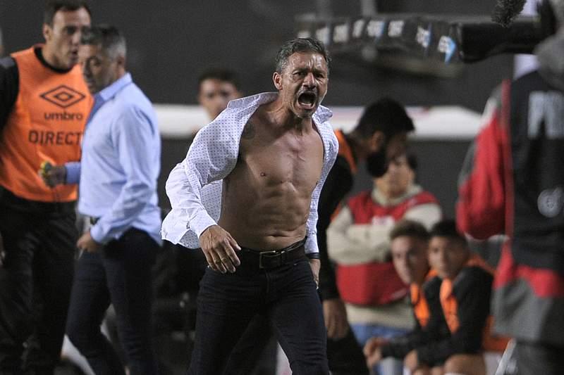 Nelson Vivas perde a cabeça e a camisa frente ao Boca Juniors