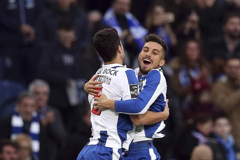 Marcano (E) celebra o golo com Alex Telles