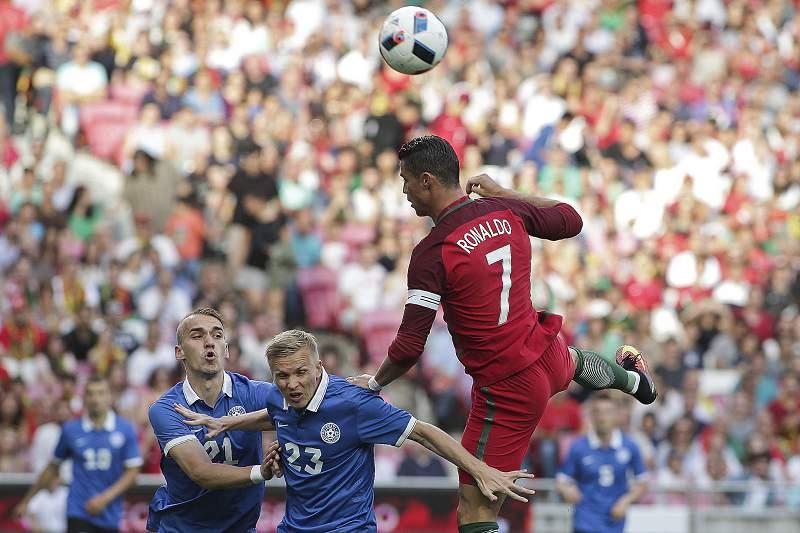 Cristiano Ronaldo em ação contra a Estónia