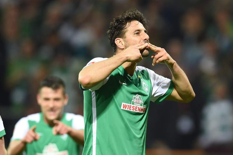 Claudio Pizarro (C) celebra um golo pelo Werder Bremen