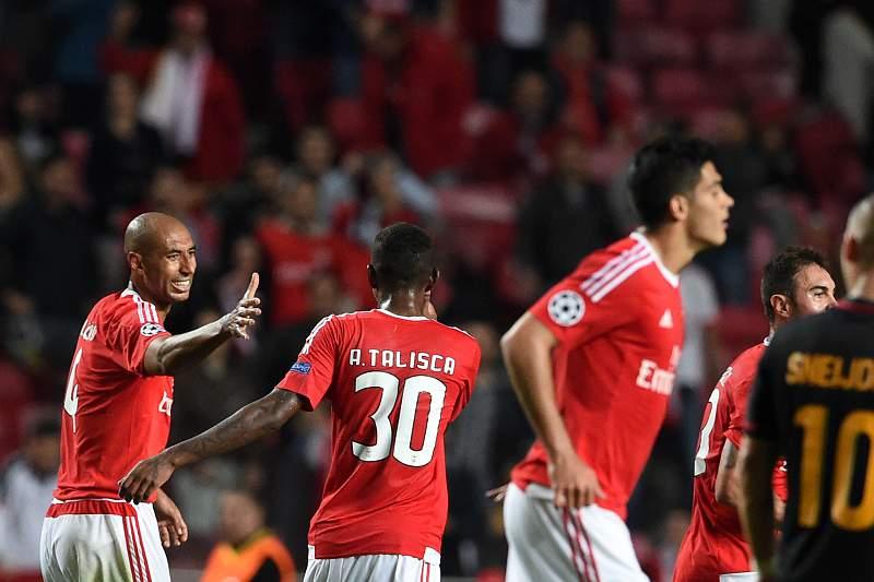 Luisão celebra com Talisca o segundo golo do Benfica frente ao Galatasaray