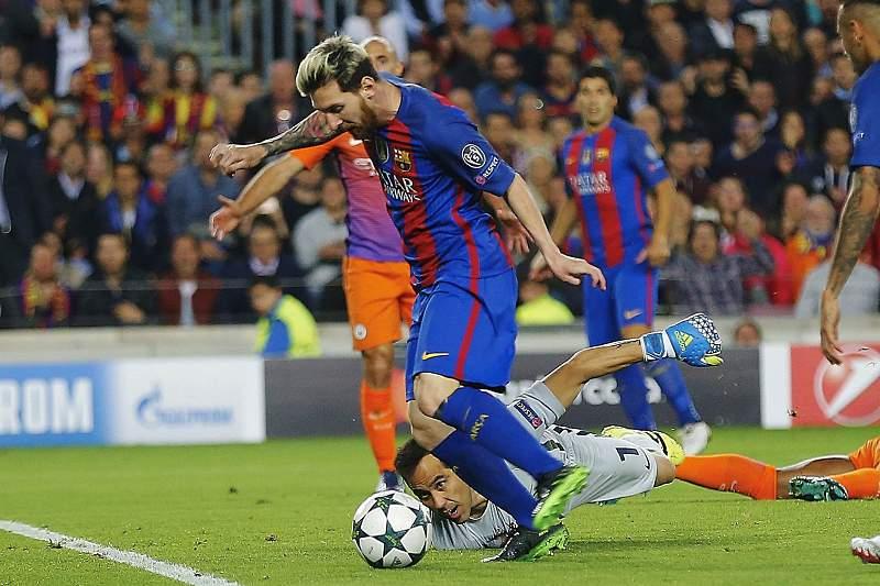 Lionel Messi passa por Bravo para o 1-0 do Barcelona na primeira parte