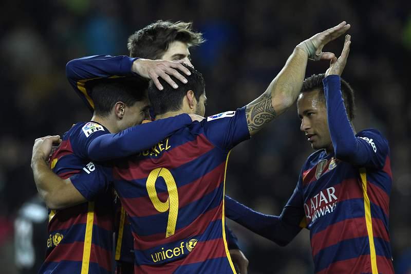 Luís Suárez festeja um dos golos do Barcelona frente ao Atlético de Bilbao