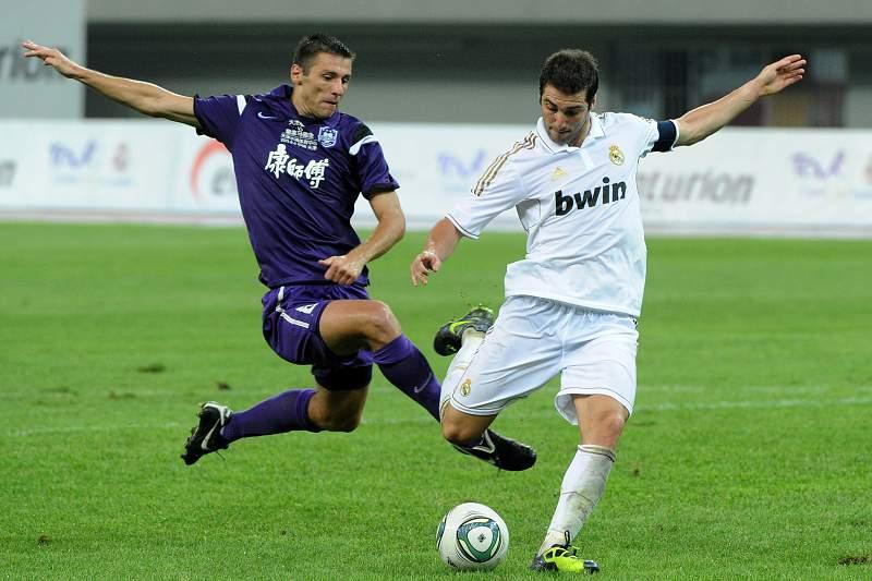 Marko Zoric em ação contra o Real Madrid num jogo amigável em 2011.