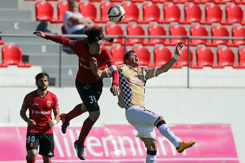 Rafa Sousa (E) disputa a bola com Zé Manuel