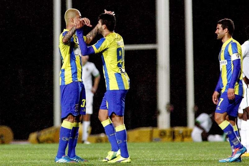 Ayrton (2E) do União da Madeira festeja o golo marcado