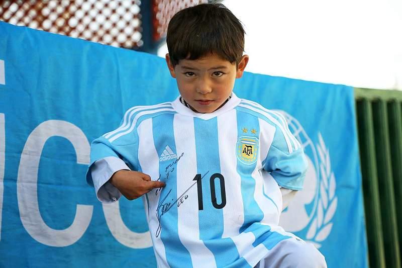 Pequeno 'Messi' afegão recebe camisolas do futebolista argentino