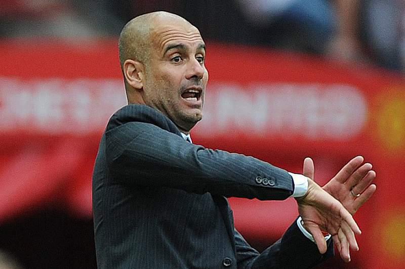 Pep Guardiola em ação durante o jogo em Old Trafford entre Manchester United e Manchester City