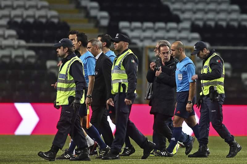 João Capela é escoltado por agentes da PSP após o jogo entre Boavista - Vitória de Guimarães
