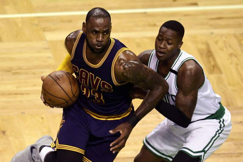 LeBron James passa por Terry Rozier dos Boston Celtics