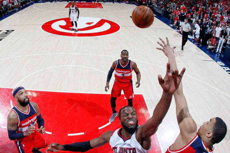 DeMarre Carroll disputa a bola com Otto Porter Jr.