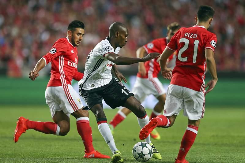 Salvio pressiona Hutchinson durante o jogo entre Benfica e Besiktas
