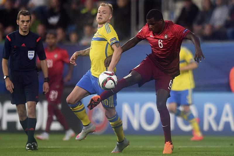 William Carvalho disputa a bola com John Guidetti