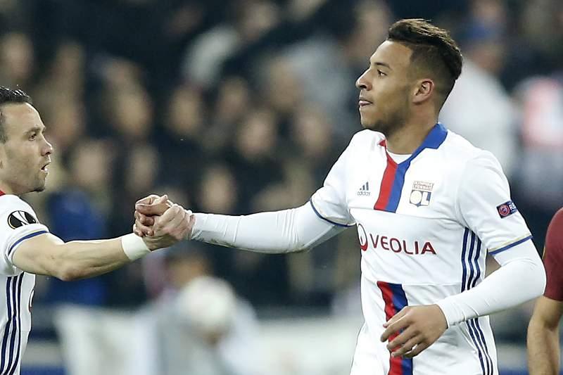 Corentin Tolisso (C) celebra o golo do Lyon