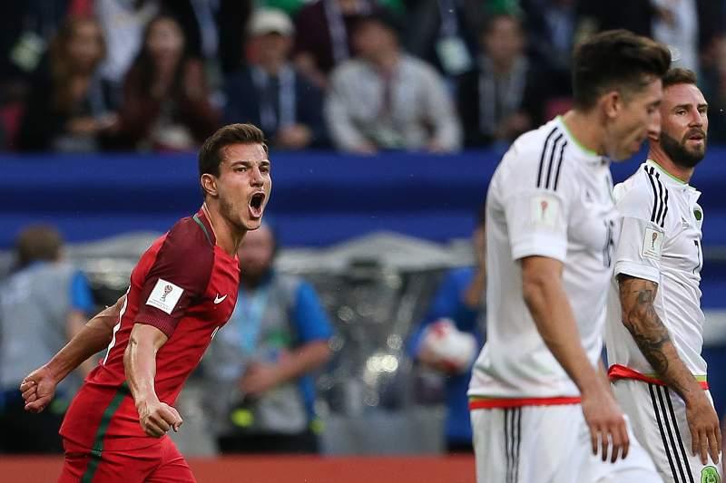 Cédric Soares festeja um golo de Portugal diante do México