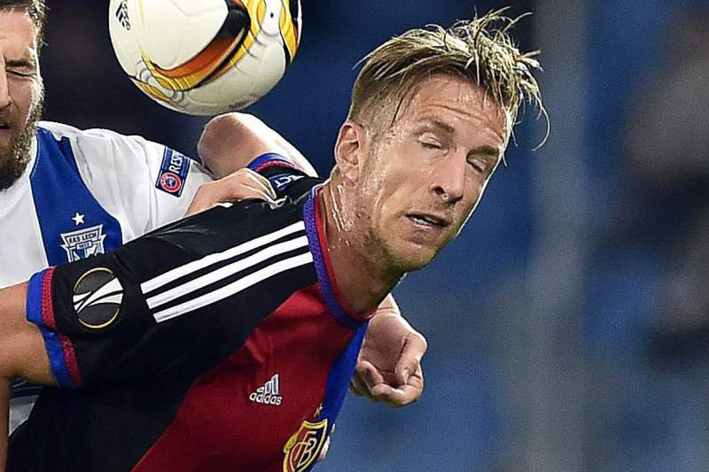 Marc Janko disputa uma bola com Tamas Kadar durante o jogo da Liga Europa entre Basileia e Lech Poznan
