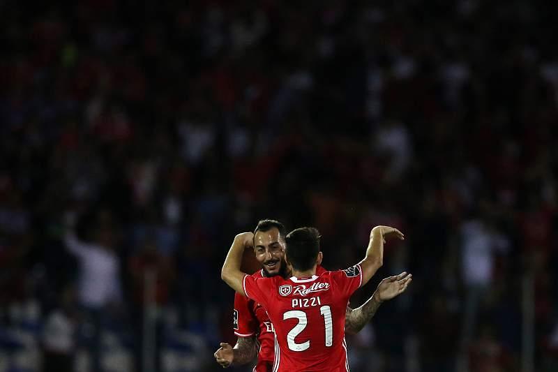 Mitroglou (E) and Pizzi celebram a vitória do Benfica em Chaves