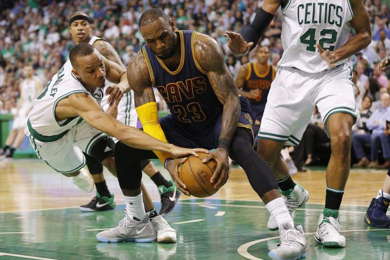 Avery Bradley, Lebron James e Al Horford