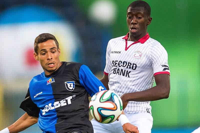Yarouba Cissako disputa a bola com Alvarinho num jogo entre Mónaco e Zawisza Bydgoszcz