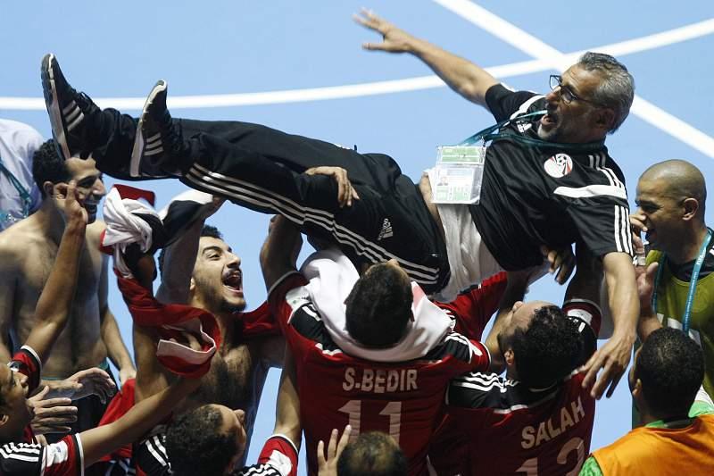 Jogadores de futsal do Egito celebram a vitória sobre a Itália