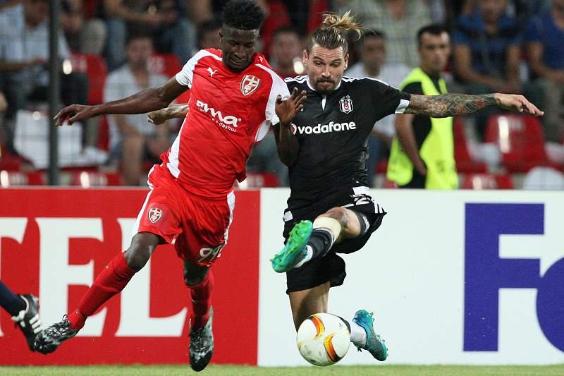 Olayinka do Skënderbeu disputa uma bola com Ersan Gulum do Besitkas