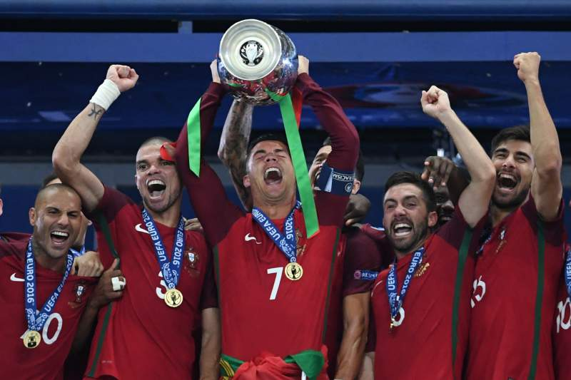 Final Euro2016: Ronaldo levanta a Taça de Campeão Europeu