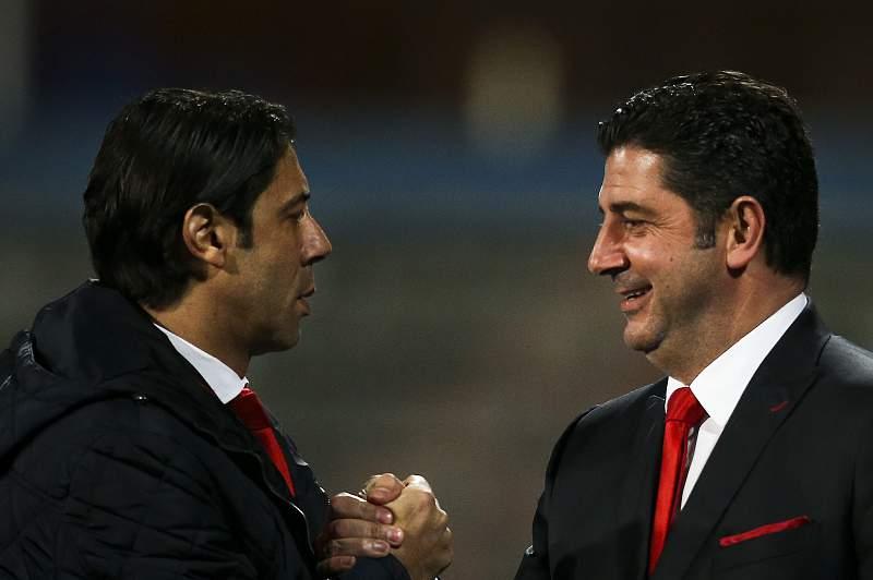 Rui Costa cumprimenta Rui Vitória após um jogo do Benfica