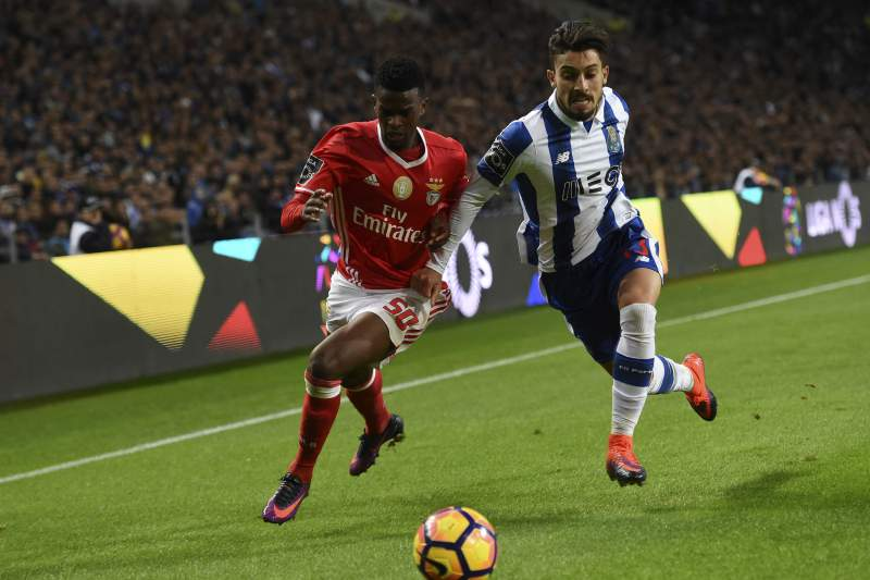 Nelson Semedo disputa uma bola com Alex Telles durante um 'clássico' entre Benfica e FC Porto