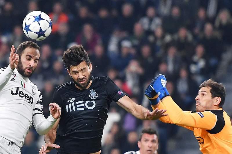 Iker Casillas em ação no jogo entre Juventus e FC Porto