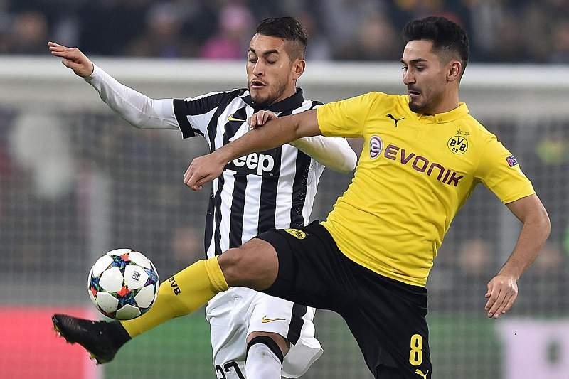 Roberto Pereyra e Ilkay Gundogan disputam a bola