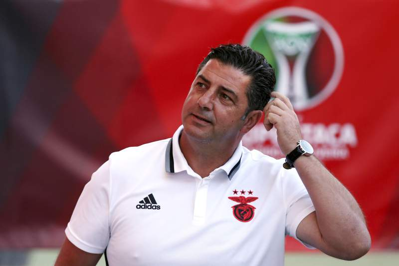 Equipa do Benfica visita relvado do estádio Municipal de Aveiro
