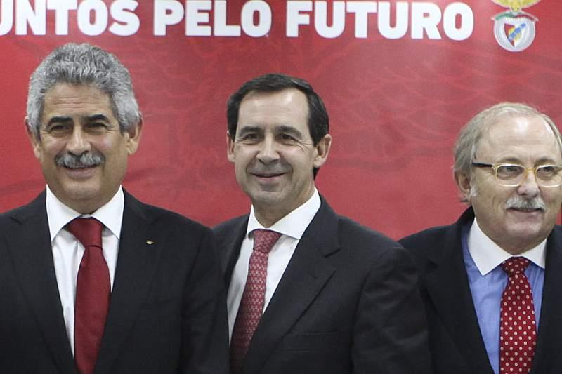 Alcino António (primeira da direita) com o presidente do Benfica