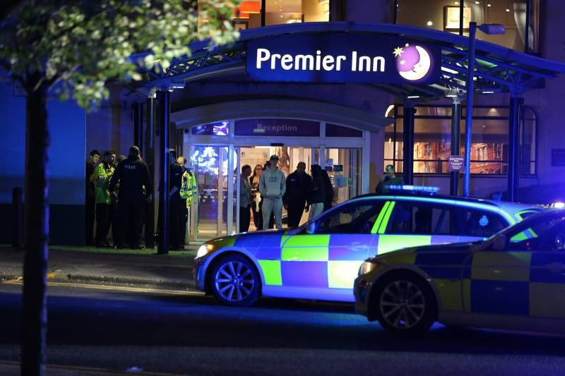 Aparato policial junto à Manchester Arena, no Reino Unido. Relatos de explosões a 22 de maio de 2017. Polícia confirma pelo menos 50 feridos e 19 vítimas mortais.
