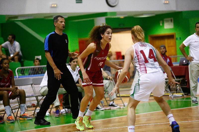 Laura Ferreira em ação pela seleção nacional de basquetebol