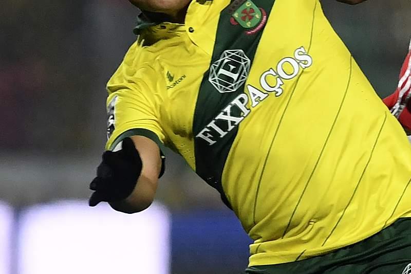 Welthon disputa uma bola com Luisão durante o jogo entre Paços de Ferreira e Benfica