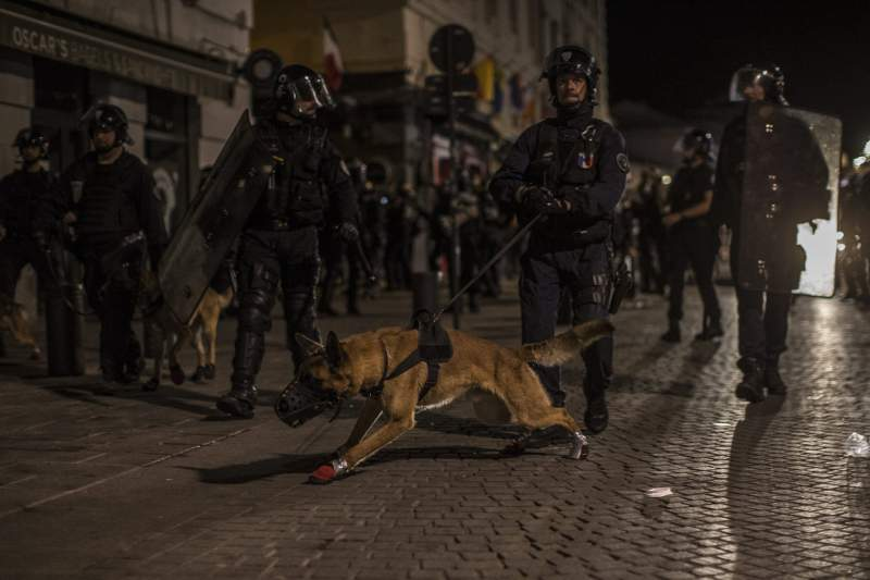 Polícia francesa durante os tumultos em Marselha
