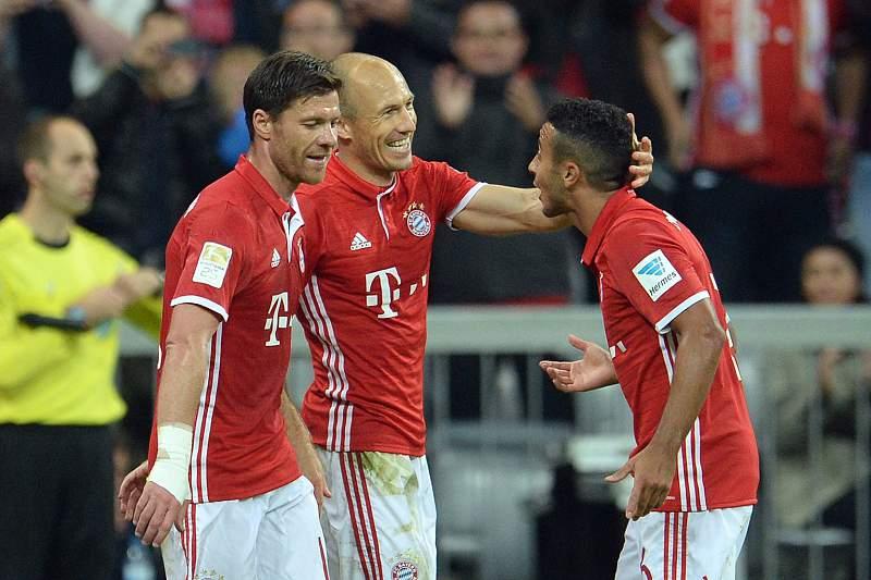 Arjen Robben celebra um golo com Xabi Alonso e Thiago Alcântara