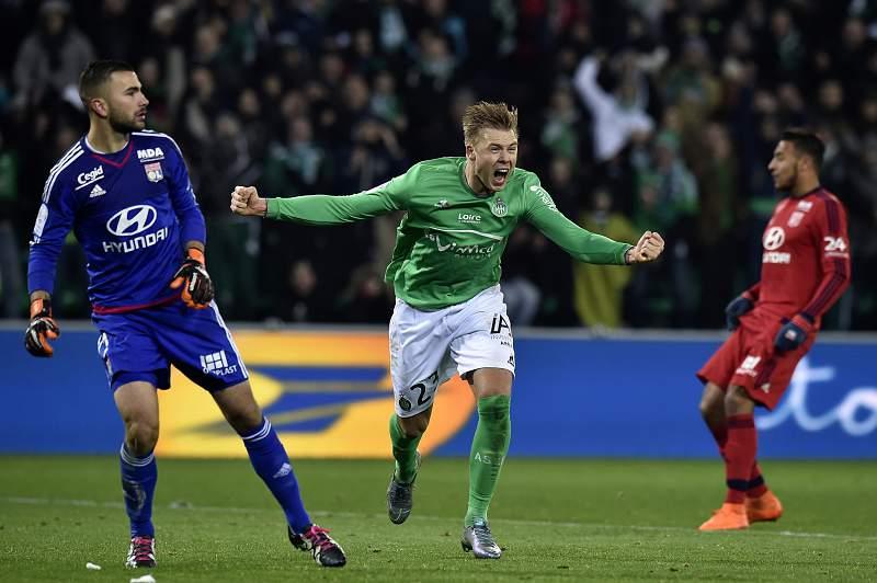 Alexander Soderlund celebra um golo pelo Saint-Étienne diante do Lyon