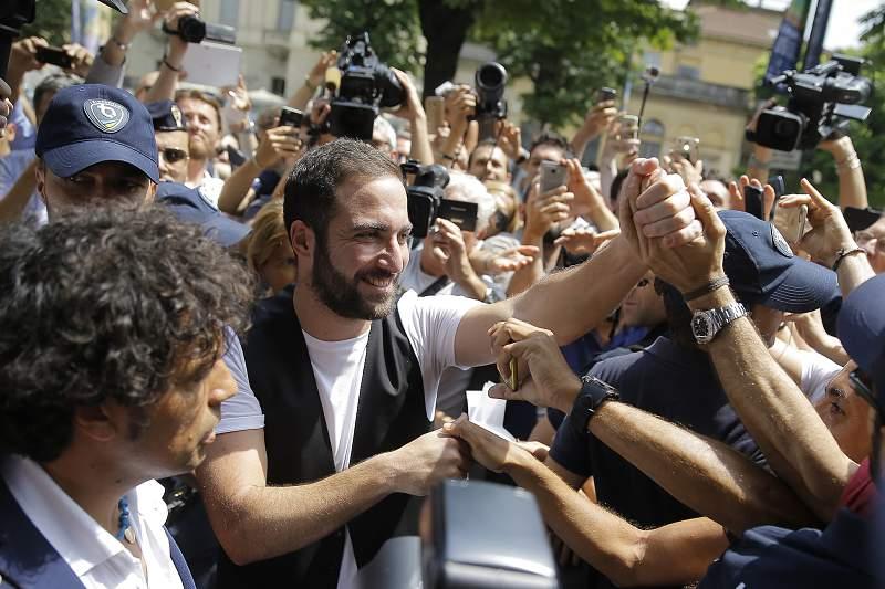 Higuaín diz que escolheu Juventus para ganhar e critica presidente do Nápoles