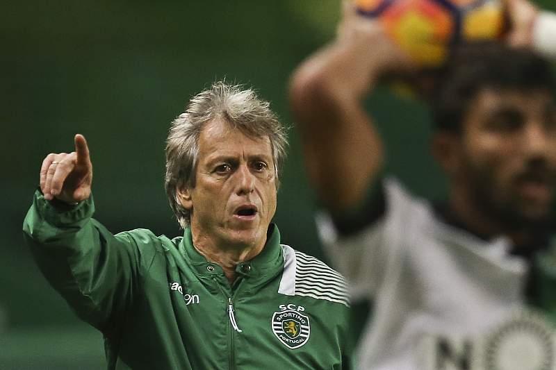 Jorge Jesus dá indicações durante o jogo entre Sporting e Arouca
