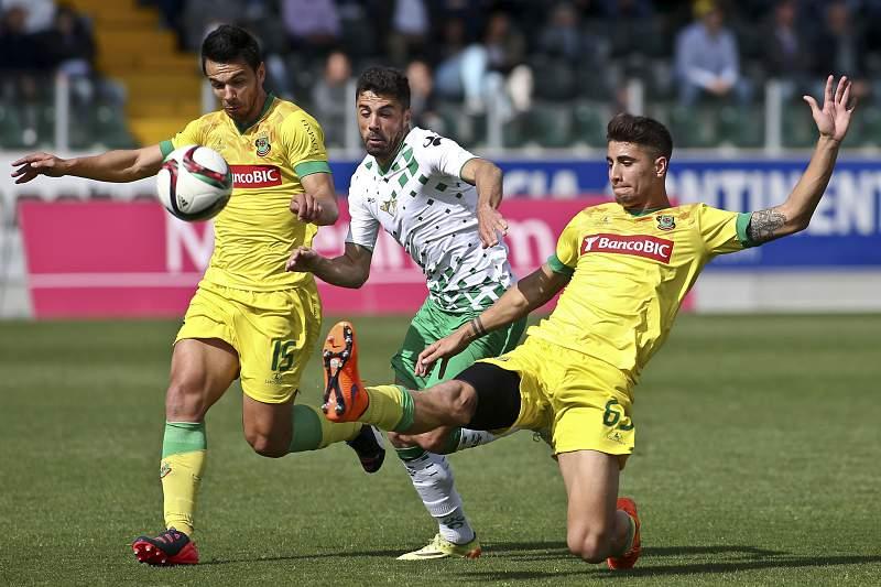 Nélson Pedroso disputa a bola com Fábio Cardoso