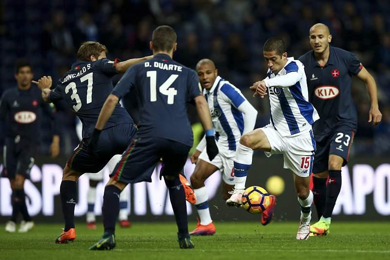 Evandro (D) disputa a bola com Gonçalo Silva (E) e Domingos Duarte