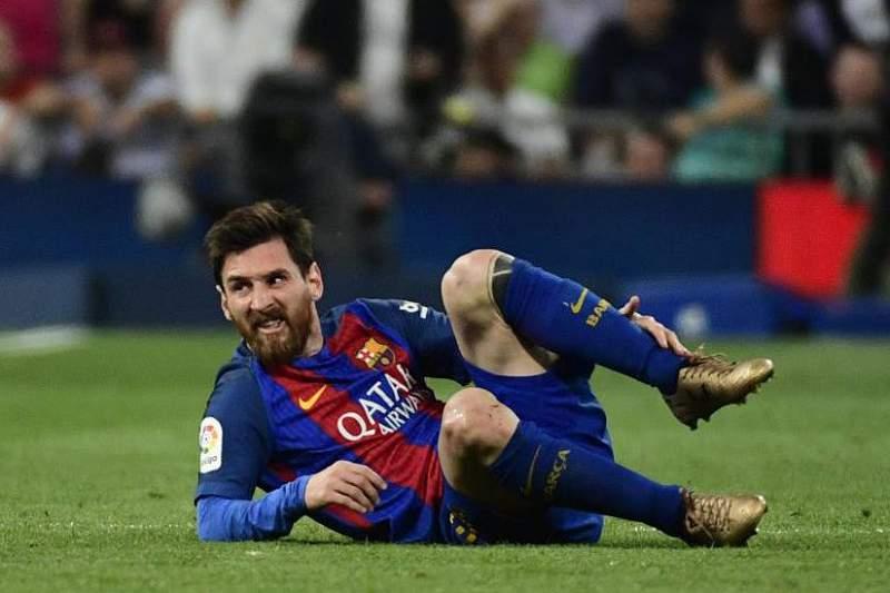 Messi estendido no relvado