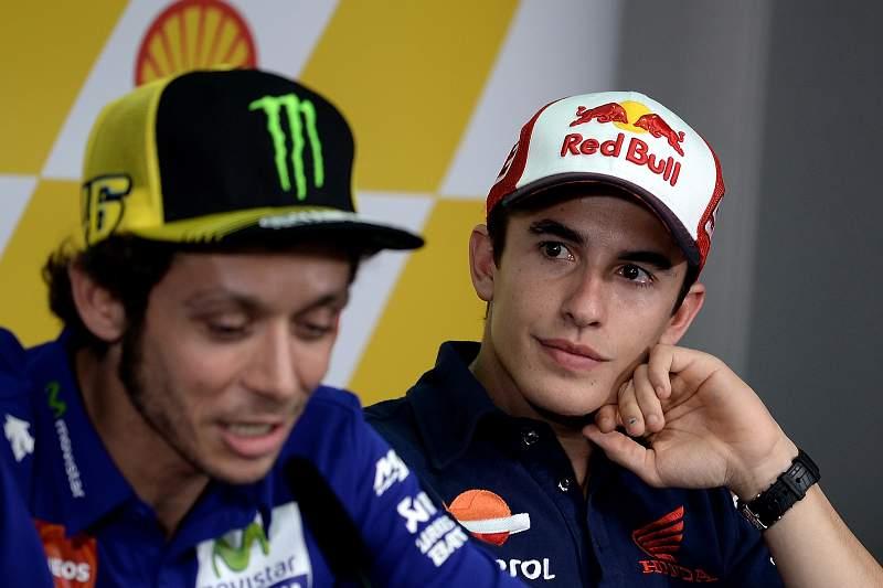 Valentino Rossi e Marc Márquez durante a conferência de imprensa de antevisão do Grande Prémio da Malásia