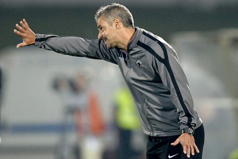 Filipe Gouveia dá indicações durante o jogo entre Rio Ave e Académica de Coimbra