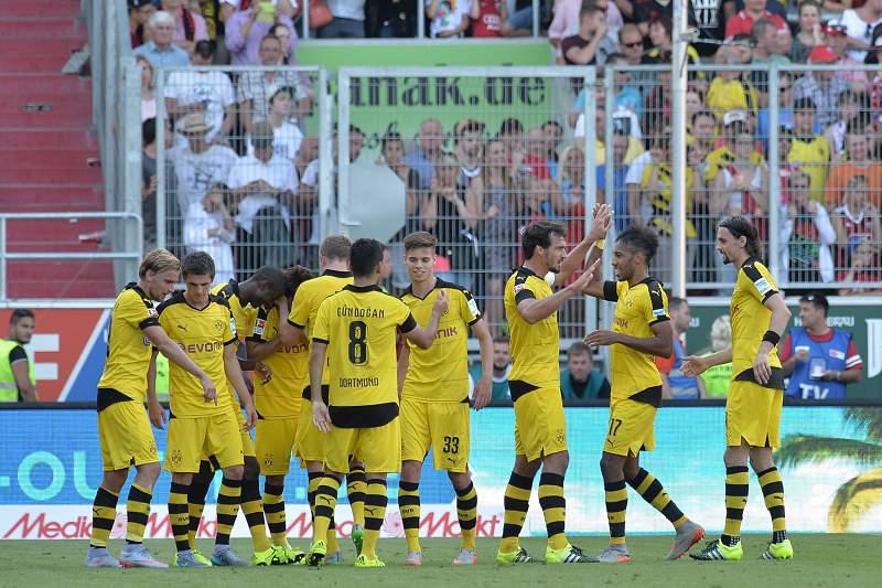 Jogadores do Borussia Dortmund festejam golo