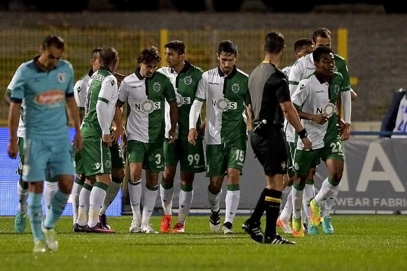 Jogadores do Sporting celebram o golo em Famalicão