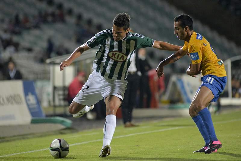 William Alves do Vitória de Setúbal luta pela bola com Chaparro do Estoril Praia
